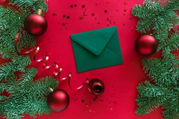 Kerst brief, kerstballen, fir tree takken op rode ondergrond