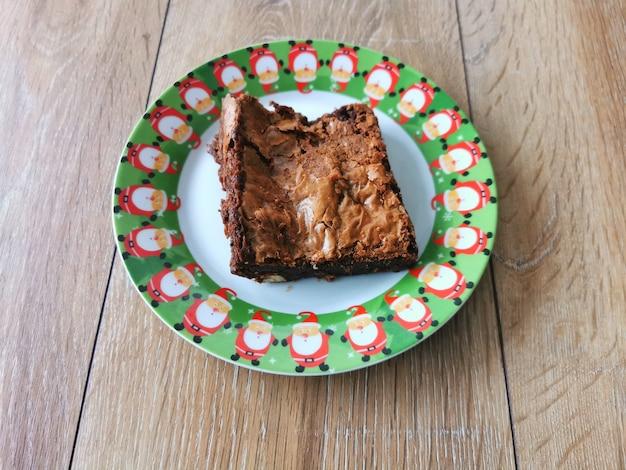 Kerst brownies op een bord met kerstversiering.