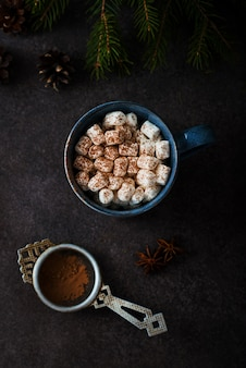 Kerst cacao met marshmallows in een mok, kerstboom, bovenaanzicht