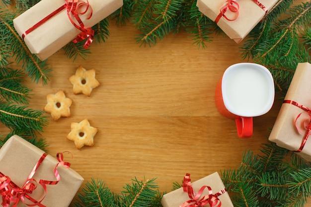 Kerst cadeau doos met kopje melk en kerstboom
