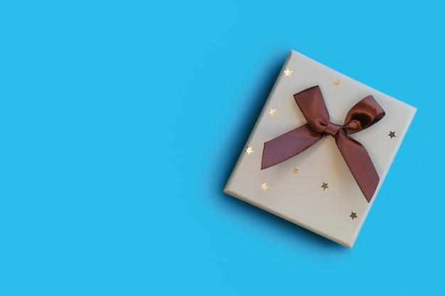 Kerst cadeau doos met strik op blauw