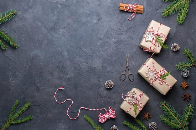 Kerst cadeau dozen collectie met decoraties. plat leggen