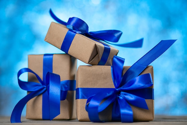 Kerst cadeau dozen tegen blauwe bokeh
