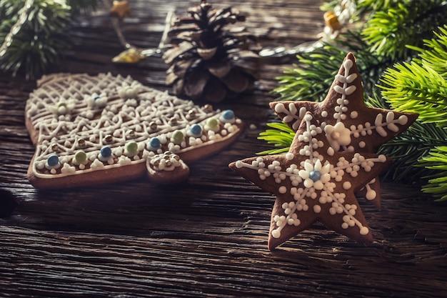 Kerst cake peperkoek. kerststerren bell taarten en decoratie op rustieke eiken tafel.