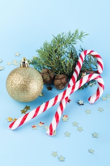 Kerst candy canes met gouden kerstbal en vuren tak. achtergrond, achtergronden, behang, banier, spandoeken, verf, achtergrond, patroon, textiel, kaart, uitnodiging, groet, ansichtkaart, pictogram, pictogrammen, logo, embleem, logo, symbool, teken, tekens, stempel, etiket, insigne, st
