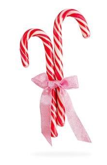Kerst candy canes met lint geïsoleerd op een witte achtergrond met uitknippad