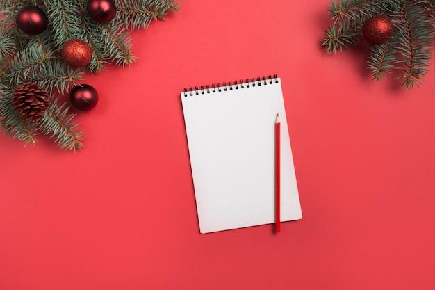 Kerst checklist of uitnodiging op rood. bovenaanzicht en ruimte voor uw tekst. plat leggen.