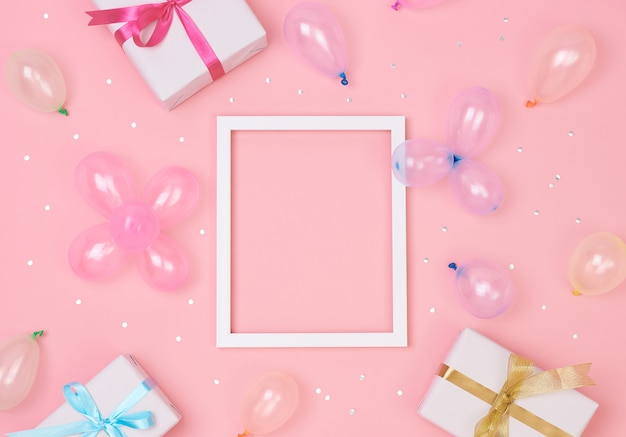Kerst compositie frame met decoraties en geschenkdoos met confetti