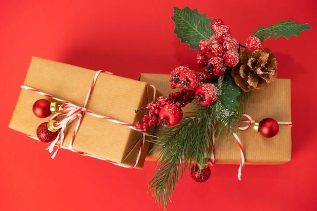 Kerst compositie. kerstcadeaus, decoraties op rode achtergrond.
