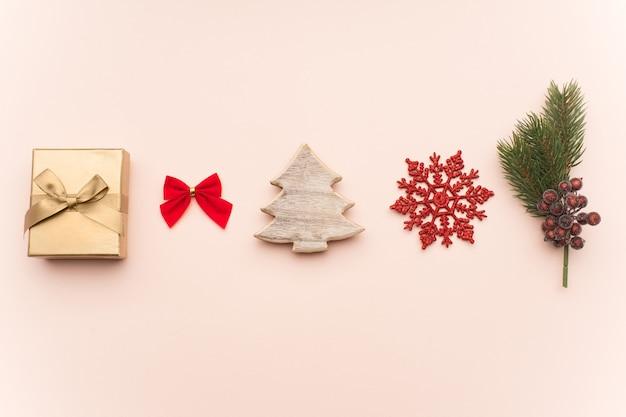 Kerst compositie. kerstcadeaus, plat lag, bovenaanzicht.