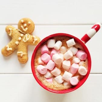 Kerst compositie met gember man en cacao marshmallow