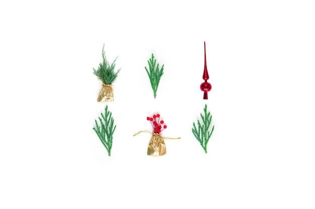 Kerst compositie takken van een boom rode bessen top gouden zak op een witte achtergrond