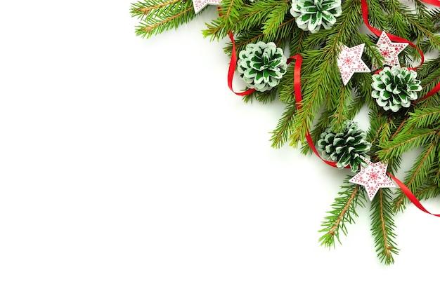 Kerst concept fir takken met kegels en sterren.