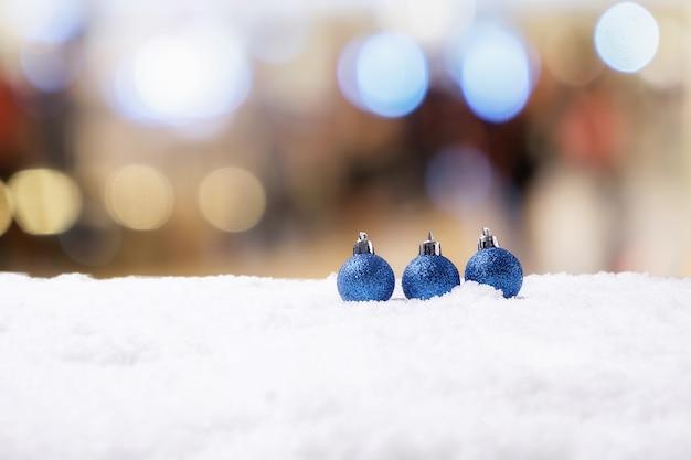 Kerst concept. kerstmisdecoratie, denneappel op sneeuw met hemelachtergrond. zachte focus, langzaam licht (selectieve focus).