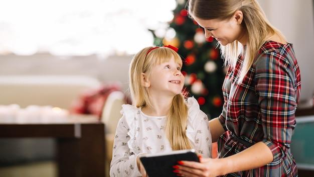 Kerst concept met familie bedrijf tablet