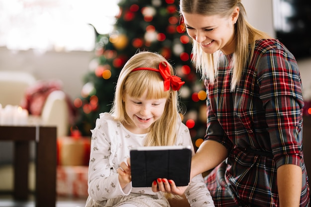 Kerst concept met familie en tablet