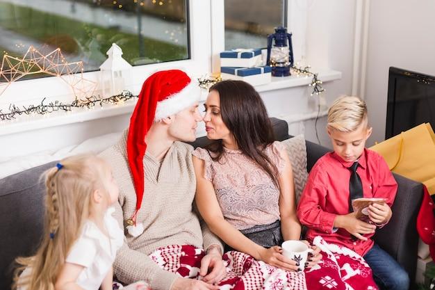 Kerst concept met man en vrouw zoenen
