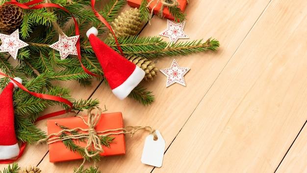 Kerst concept van fir takken met geschenken van de vakantie.