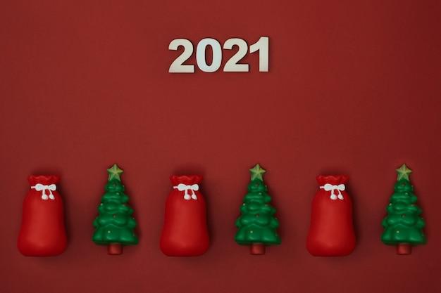 Kerst decor en inscriptie op een rode achtergrond kopieer ruimte plat lag mock up bovenaanzicht