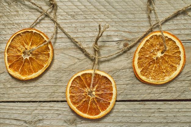 Kerst decor. gedroogde stukjes sinaasappel voor de decoratie van de nieuwe jaarboom