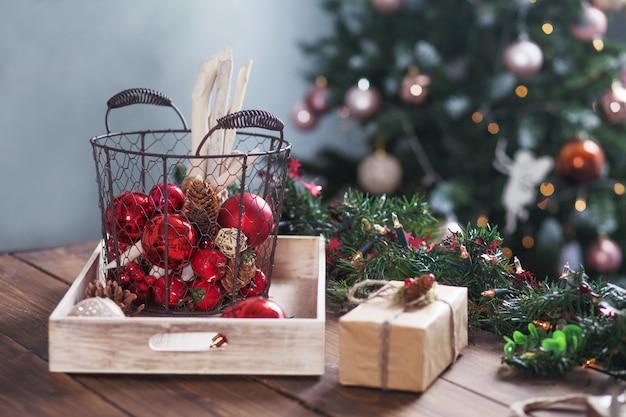 Kerst decor. kerstballen op mand op houten tafel