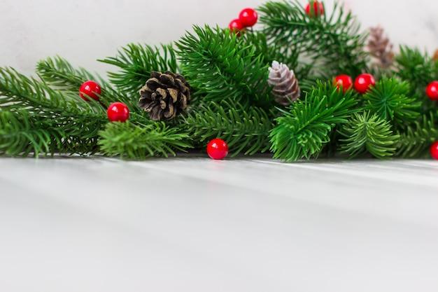 Kerst decor met kegels en rode bessen op een witte achtergrond