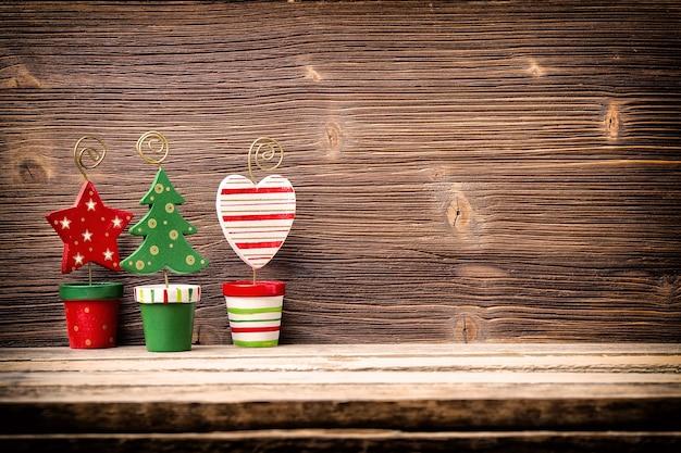 Kerst decor op de houten achtergrond.