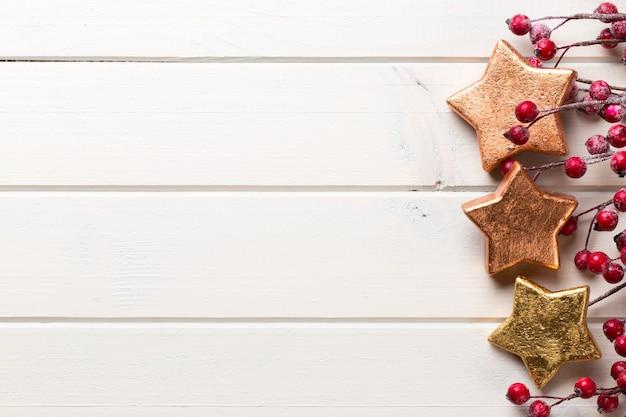 Kerst decor op de houten witte achtergrond.