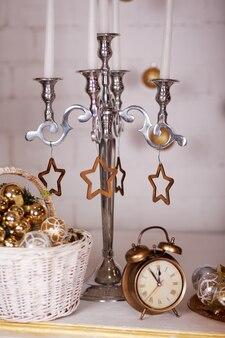 Kerst decor. studio. nieuwjaar. kerststudio interieur in gouden en zilveren kleuren.