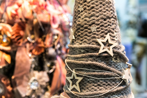 Kerst decoratie close-up. kerstmuts met sterren, nieuwjaar. winter vakantie feest