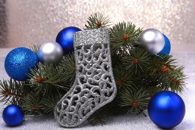 Kerst decoratie. de laarzen van de kerstman en kerstboom takken op houten