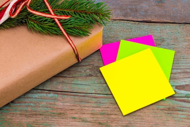 Kerst decoratie. dozen met kerstcadeaus met kleverige nota. mooie verpakking. vintage geschenkdoos op houten achtergrond. handgemaakt.