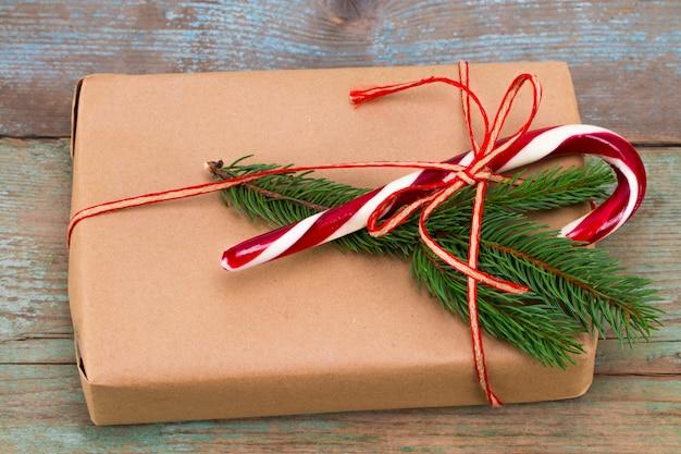 Kerst decoratie. dozen met kerstcadeaus. mooie verpakking. vintage geschenkdoos op houten achtergrond. handgemaakt