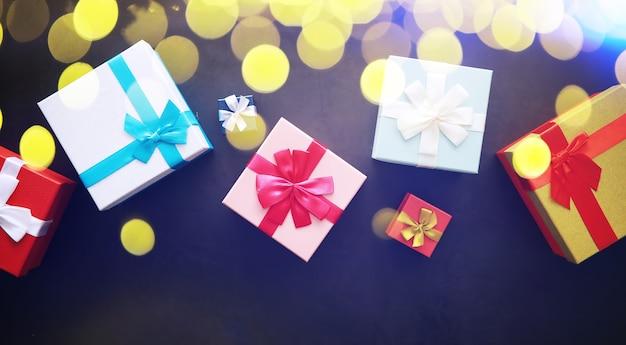 Kerst decoratie. geschenkdozen op zwarte stenen achtergrond. bovenaanzicht. kerst wenskaart concept.