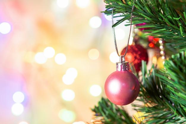 Kerst decoratie. hangende roze ballen op pijnboomtakken kerstmisslinger en ornamenten