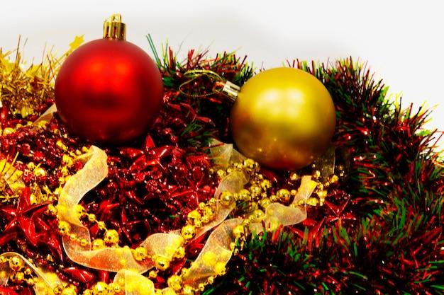 Kerst decoratie. kerstballen versierd voor de vakantie. veelkleurige accessoires. kerstversiering in afwachting van de vakantie