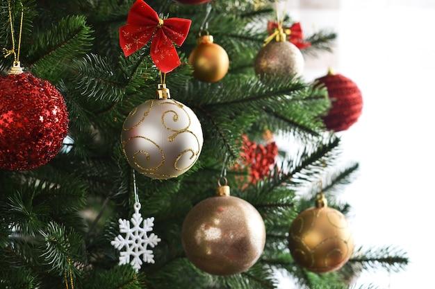 Kerst decoratie. kerstmisspar met ballen van dozen met geschenken in de kamer.