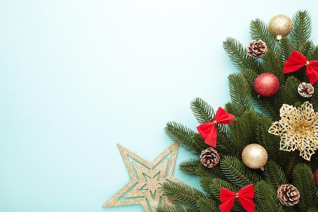 Kerst decoratie. sparrentak met gouden ster, kerstmisbloem en ballen op munt
