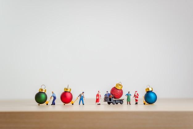 Kerst decoratieve ballen op bestelwagen als kerst transport concept.