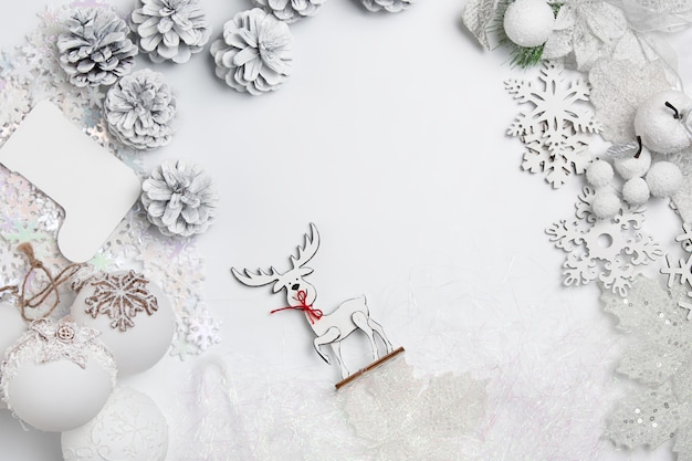 Kerst decoratieve compositie van speelgoed op een witte tafel achtergrond.