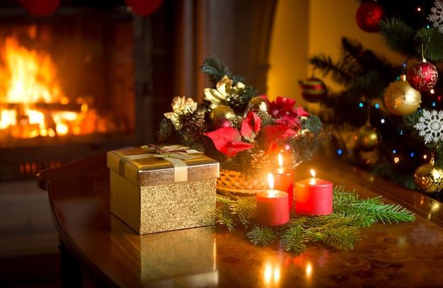 Kerst decoratieve krans met brandende rode kaarsen op tafel