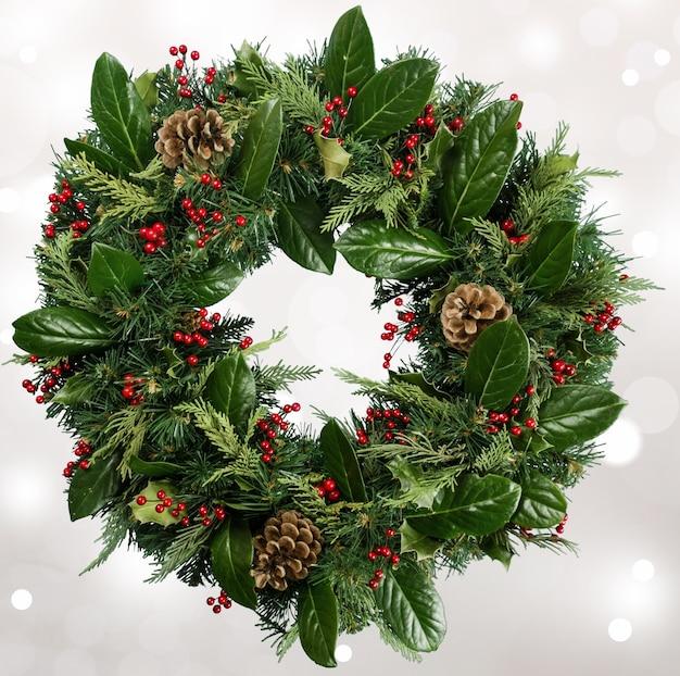 Kerst decoratieve krans van hulst, maretak en kegels
