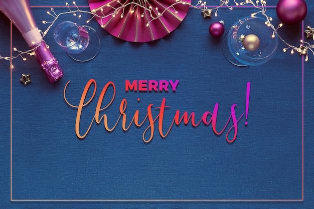 Kerst decoratieve rand met gouden en roze versieringen. champagnefles, drinkglas, papieren deco, kerstballen, lichtslinger.