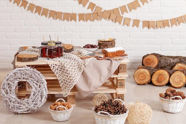 Kerst decoratieve tafel met zelfgemaakte cake en natuurlijk decor. decoreer items voor het vieren van de feestdagen