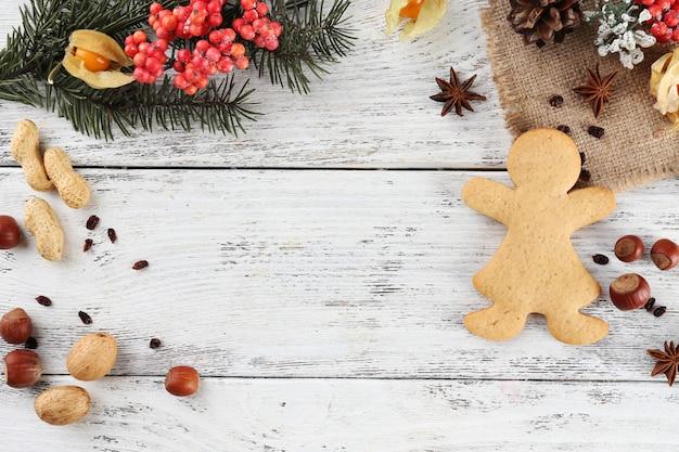 Kerst dennentakje met kruiden en peperkoek op een houten kleuroppervlak