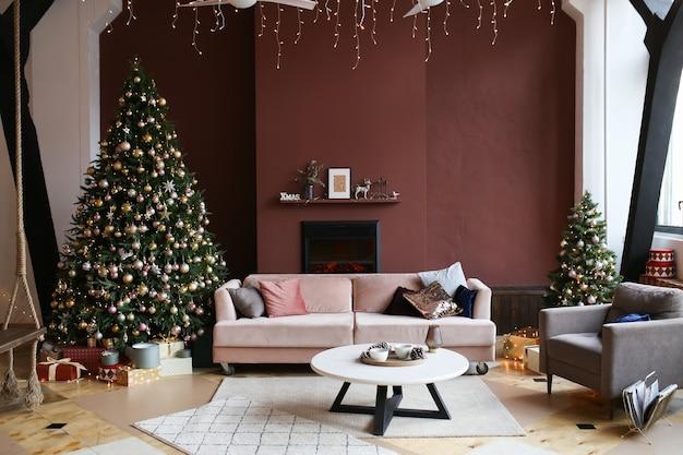 Kerst donker interieur van gezellig huis met kerstboom open haard bank en fauteuil
