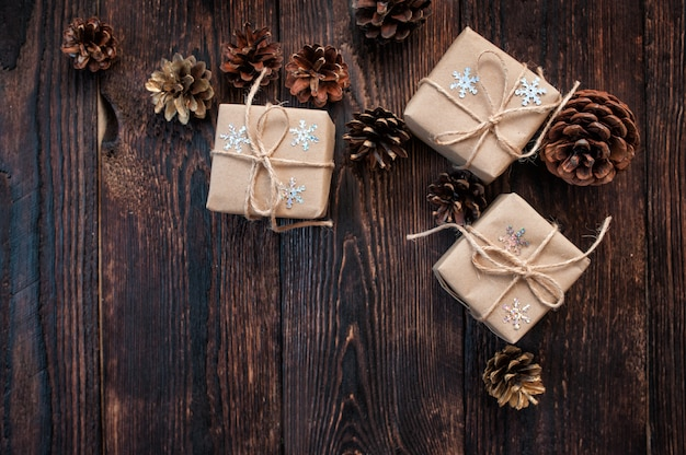Kerst dozen op een houten achtergrond