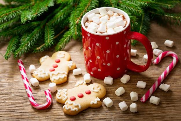 Kerst drankje. kop warme chocolademelk met marshmallows en peperkoekkoekjes op houten tafel