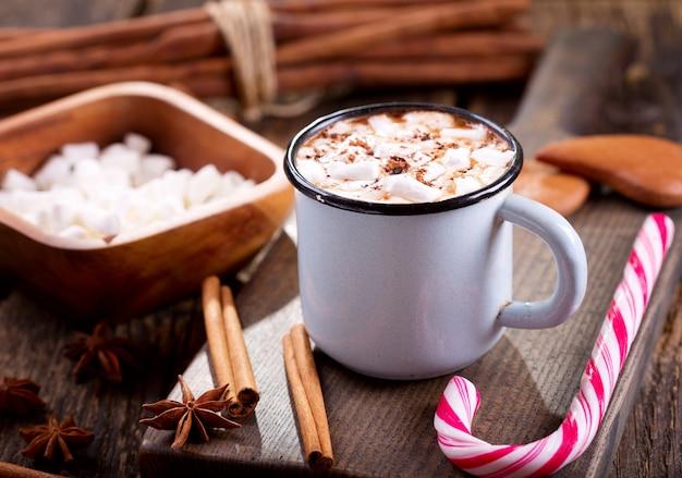 Kerst drankje. kop warme chocolademelk met marshmallows op houten tafel