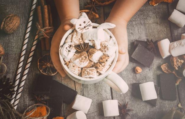 Kerst drankje met marshmallow kat. selectieve aandacht.
